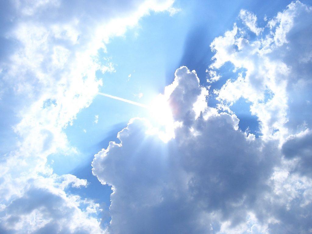 Sola titter fram bak skya